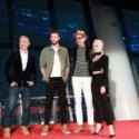 [全身写真]左からローランド・エメリッヒ監督、リアム・ヘムズワース、ジェフ・ゴールドブラム、マイカ・モンロー