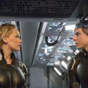 ミスティーク役のジェニファー・ローレンスとビースト役のニコラス・ホルト、映画『X-MEN:アポカリプス』(ブライアン・シンガー監督)より
