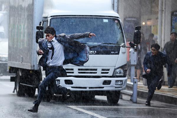映画『ミュージアム』(大友啓史監督)より土砂降りシーン画像