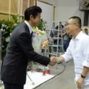 がっちり握手!俳優の上川隆也が主演し主人公・恩地元を演じるWOWOWドラマ「沈まぬ太陽」現場にて