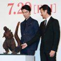竹谷隆之製作のゴジラ模型「シン・ゴジラ二号ひな型着彩検討用」の尻尾に触れてにんまり