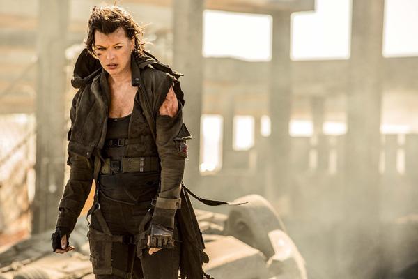 衣服がボロボロになったアリスの姿、映画『バイオハザード:ザ・ファイナル』(ポール・W・S・アンダーソン監督)より