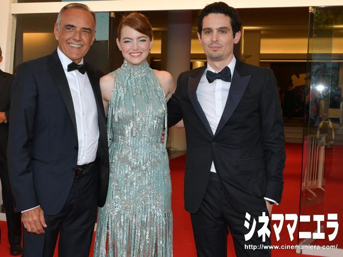 左からアルベルト・バルベーラ、エマ・ストーン、デミアン・チャゼル監督