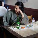 オダギリジョー演じる風来坊のめしや常連カタギリが韓国でキムチと焼酎を楽しむ、ドラマ「深夜食堂-Tokyo Stories-」より