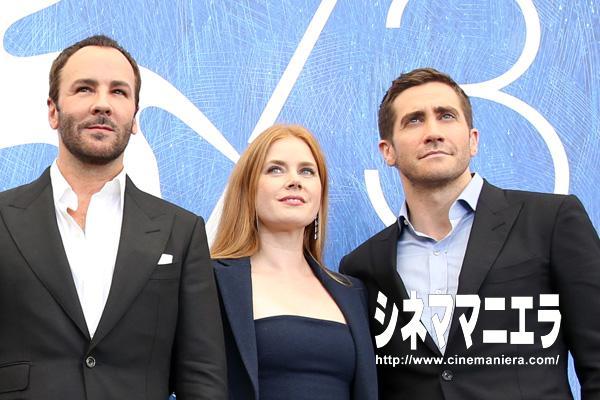 左からトム・フォード監督、エイミー・アダムス、ジェイク・ギレンホール