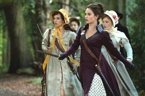 次女エリザベス役のリリー・ジェームズと四女キティ役のスキ・ウォーターハウス、映画『高慢と偏見とゾンビ』より