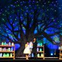 """マーク・ライランスがトランペットを吹くと、ステージ上に現れた大きな木に次々と""""夢の光""""が灯り、ドリーム・ツリーが出現"""