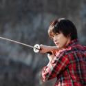 刀を構える白石隼也、映画『彼岸島 デラックス』(渡辺 武監督)より
