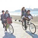 海辺を自転車の二人乗りで、映画『四月は君の嘘』(新城毅彦監督)より