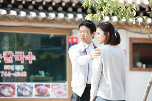 韓国のレストラン前で向き合う雨宮とレイ(ユナ)の姿、ドラマ「深夜食堂-Tokyo Stories-」より