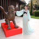 満島ひかり、ヴェネツィア国際映画祭の金獅子像とパチリ