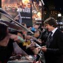 レスタースクエアでファンサービスするトム・クルーズ、映画『ジャック・リーチャー NEVER GO BACK』ロンドンプレミア