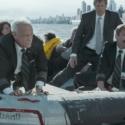 機長役のトム・ハンクスと副操縦士役のアーロン・エッカート、映画『ハドソン川の奇跡』(クリント・イーストウッド監督)より