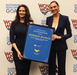 左からリンダ・カーター、ガル・ガドット、国連名誉大使 記念式典にて