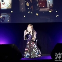 「Forget Me Not」を熱唱する中島美嘉、ステージに