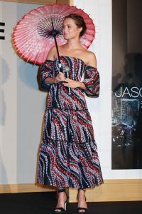 初来日のアリシア・ヴィキャンデル、和傘をさした全身写真