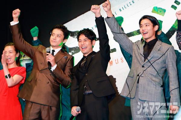 拳をあげる左から小栗旬、妻夫木聡、野村周平、映画『ミュージアム』ジャパンプレミアにて