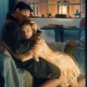 抱きしめるノア・サーベトラ[Noah Saavedra]、映画『エゴン・シーレ 死と乙女』(ディーター・ベルナー監督・脚本)より