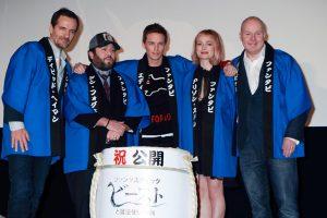 左からヘイマン、ダン、エディ、アリソン、イェーツ、 映画『ファンタスティック・ビーストと魔法使いの旅』来日初日舞台あいさつにて