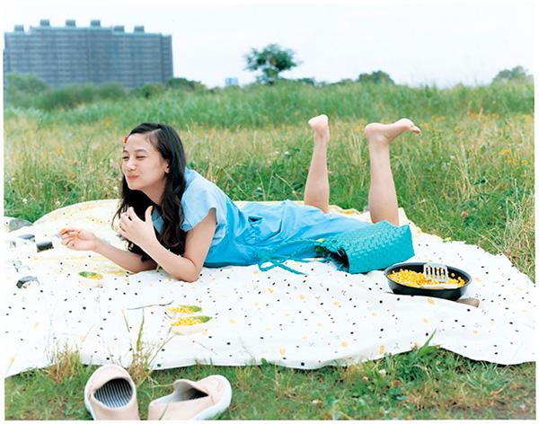 若手女優・清水富美加が、自身初のフォトエッセイ「ふみかふみ」を発売する