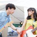 ギターを手にした葵海(miwa)と陸(坂口健太郎)のシーン、映画『君と100回目の恋』より