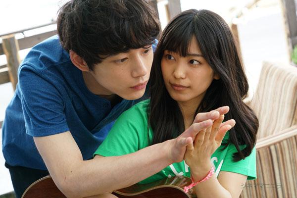 葵海(miwa)の背後から陸(坂口健太郎)が!映画『君と100回目の恋』より