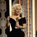 テレビ部門女優賞を受賞したレディ・ガガ、第73回ゴールデングローブ賞授賞式にて