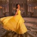 黄色ドレス姿のベル(エマ・ワトソン)、