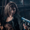 マシンガンを手にした女戦士コバルト(ローラ)、映画『バイオハザード:ザ・ファイナル』より