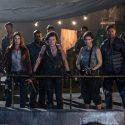 アリス、クレアなど本作でカギを握る戦士達と共に迫りくる脅威を前に屋上に立つ姿、映画『バイオハザード:ザ・ファイナル』より