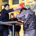 堤真一vs.古田新太の「叩いてかぶってジャンケンポン!」初戦は堤の圧勝