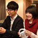 森山みくり(新垣結衣)と津崎平匡(星野源)が一緒にゲームで遊ぶ