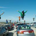 セブ(ライアン・ゴズリング)とミア(エマ・ストーン)の最悪の出会いは、渋滞の高速道路
