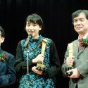 左からトロフィーを手にした真木プロデューサー、のん、片渕監督