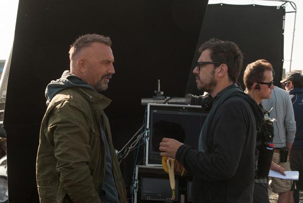 ケヴィン・コスナーとアリエル・ヴロメン監督、映画『クリミナル 2人の記憶を持つ男』撮影現場にて