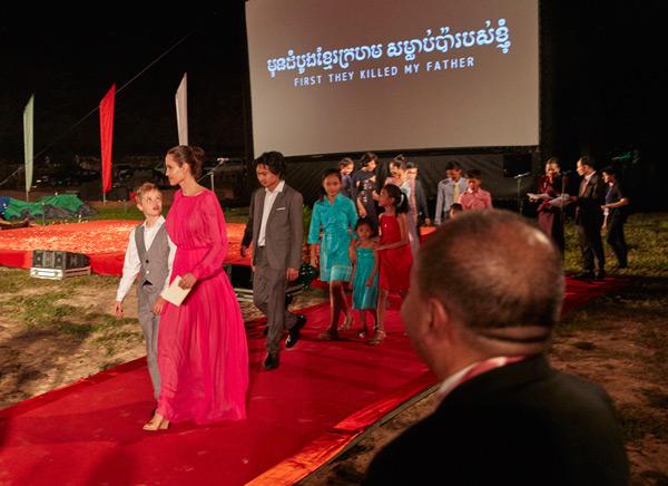 アンジェリーナ・ジョリー、映画『ファースト・ゼイ・キルド・マイ・ファーザー(原題)』カンボジアプレミアに6名の子どもたちと参加