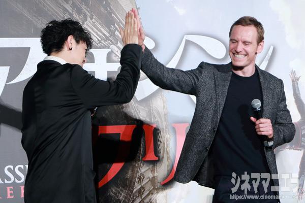 斎藤工とマイケル・ファスベンダーがハイタッチで共演を約束