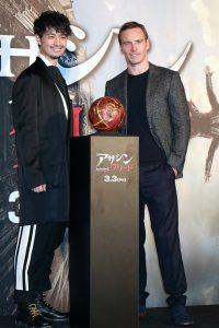 左から斎藤工、マイケル・ファスベンダー、映画『アサシン クリード』スペシャル・スクリ-ニング舞台挨拶
