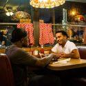 ブラック役のトレヴァンテ・ローズ(Trevante Rhodes)とケヴィン(アンドレ・ホーランド)、映画『ムーンライト』(バリー・ジェンキンス監督)より