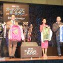 特製スカジャンを手にした(左から)ガン監督、クリス、ゾーイ、デイヴ