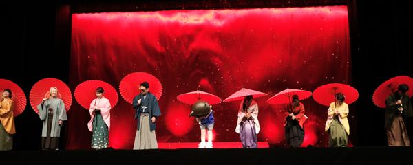 袴姿と傘の演出が世界観にぴったり