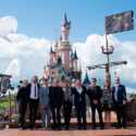 """ディズニーランド・パリ内 """"眠れる森の美女の城""""を背に。映画『パイレーツ・オブ・カリビアン/最後の海賊』ヨーロッパプレミア"""