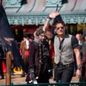 手を振るジョニー・デップ、映画『パイレーツ・オブ・カリビアン/最後の海賊』ヨーロッパプレミア