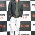 ブラピの服装はグレージャケット×カーキ(シャツのパイピングがグレー)色のトップスに、ホワイトデニム。