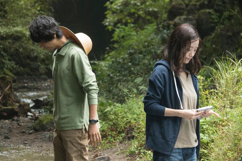 ホタルに夢中になる木下紗和(上戸彩)と北野裕一郎(斎藤工)、映画『昼顔』より