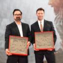 左からジェームズ・マンゴールド監督、ヒュー・ジャックマン、映画『LOGAN/ローガン』ジャパンプレミアにて手形作成