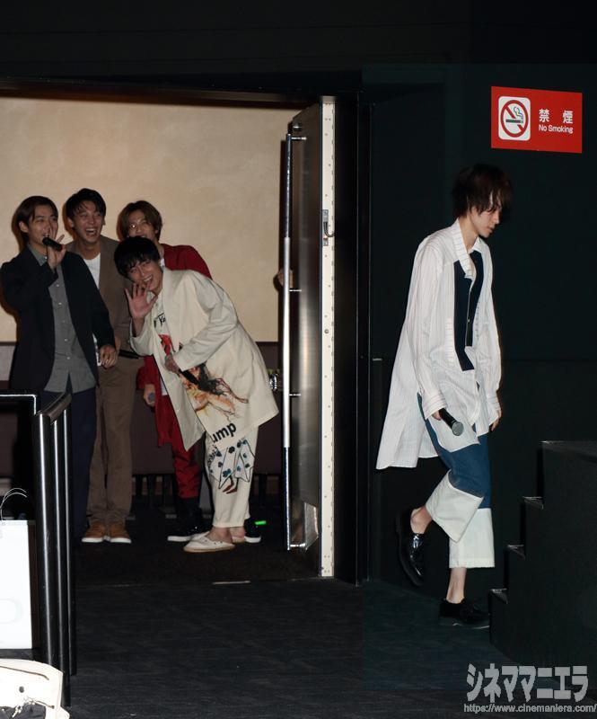 菅田をステージに送り出し、脇で見守る帝一メンバー
