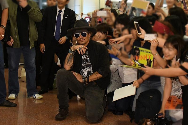 羽田空港でファンとともに記念撮影する一幕も