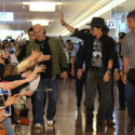 羽田空港に到着したジョニー・デップ