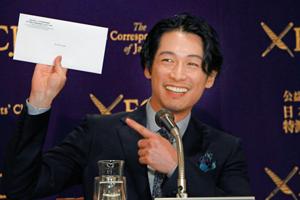 日本外国特派員協会の封筒を手に笑顔をみせるディーン・フジオカ